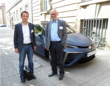 Prof.Lienkamp (TU Mnichov) a Prof.Ripka (ČVUT Praha) u vodíkové Toyoty Mirai (foto Z.Fajkus)