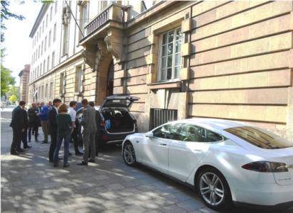 Elektromobily Tesla S a Hyundai i35 FCEV před Českým centrem Mnichov (foto: Z.Fajkus)