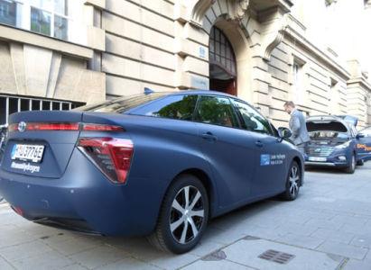 Vodíkové elektromobily Toyota Mirai a Hyundai i35 FCEV před Českým centrem Mnichov (foto: Z.Fajkus)