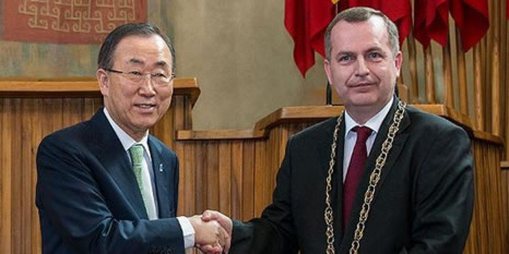 Generální tajemník OSN Ban Ki-moon obdržel zlatou medaili Univerzity Karlovy