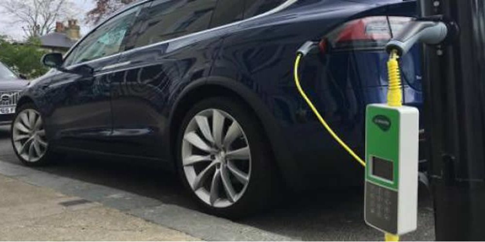 Praha bude napájet elektromobily ze sítě 3000 kandelábrů