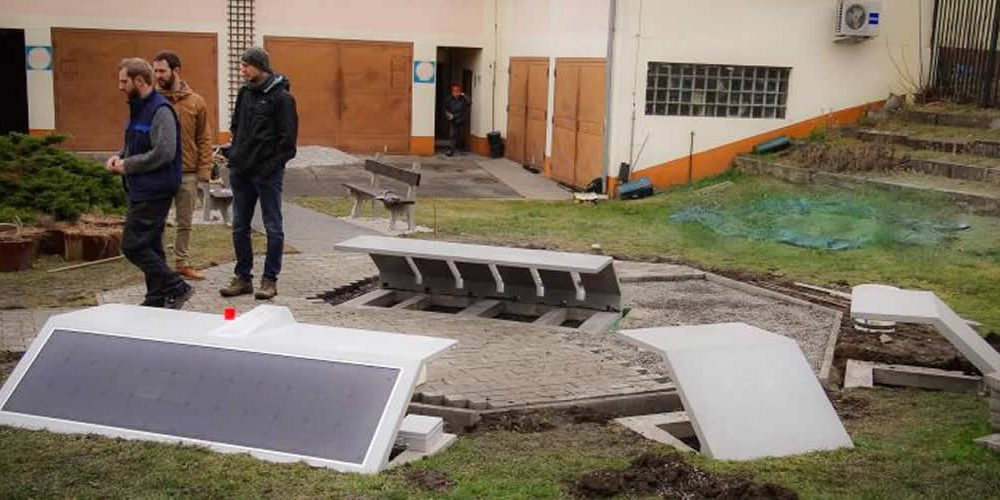 Betonové lavičky Levitee začínají sloužit vpražských ulicích