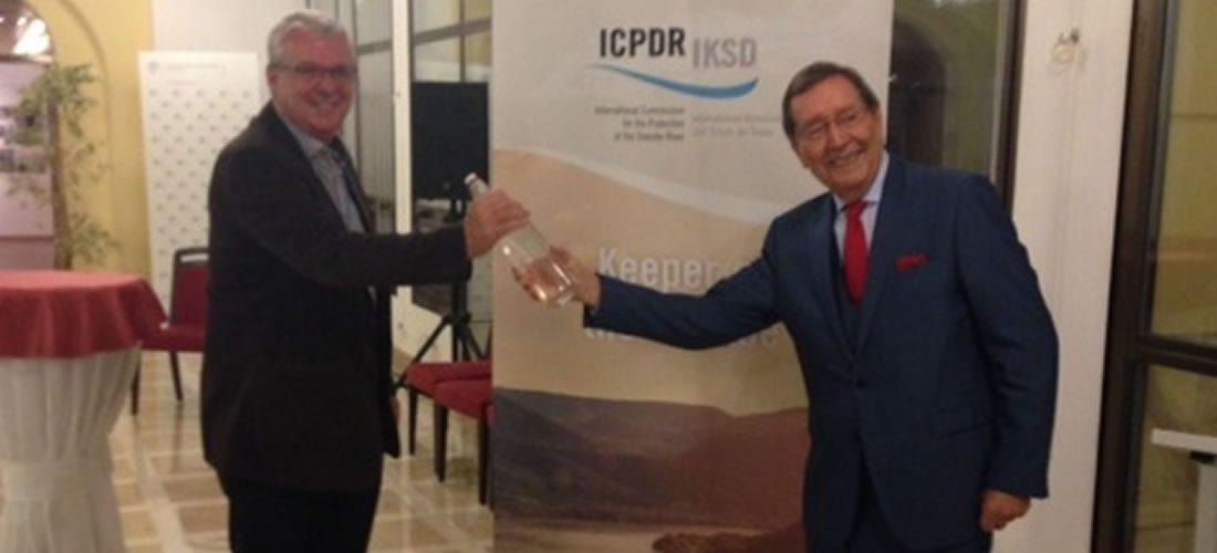 S lahví plnou vody zDunaje ČR symbolicky předává EU předsednictví vMezinárodní komisi pro ochranu tohoto veletoku