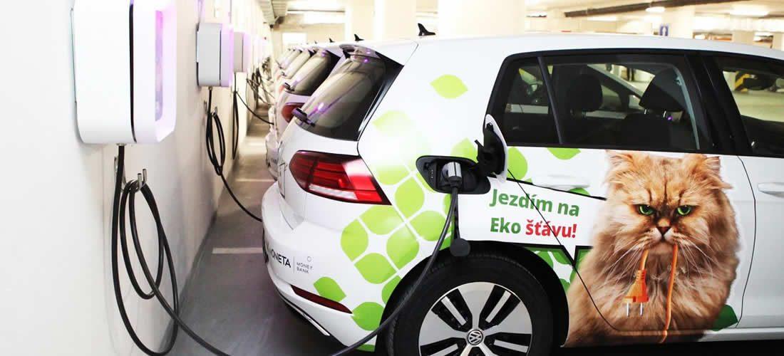 Flotila elektromobilů či zelená energie. Moneta stlačuje uhlíkové emise